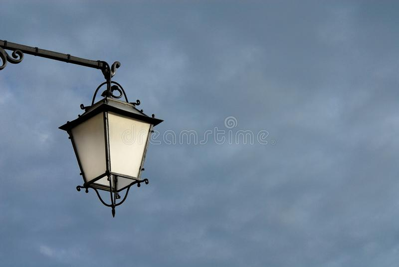 有云彩的灯 库存图片