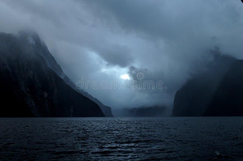 有云彩的,南岛,新西兰峡湾Milford Sound日落的和 免版税库存照片