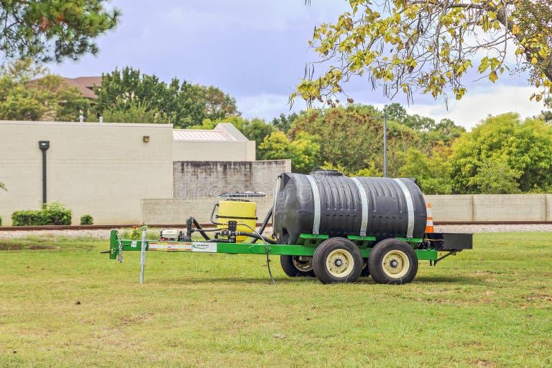 有五百加仑坦克的便携式的水拖车 免版税库存照片