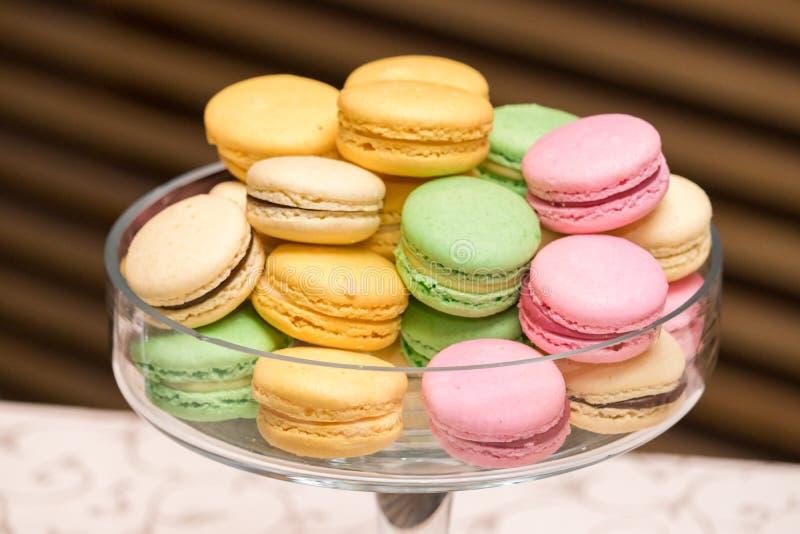 有五颜六色和鲜美macarons的一块圆的板材 免版税库存照片