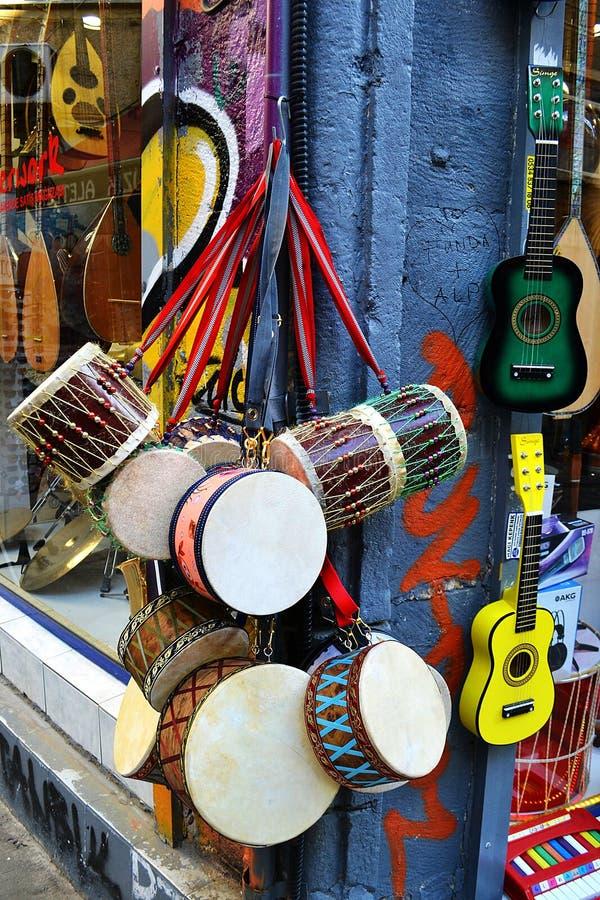 有五颜六色的乐器的音乐商店 库存图片