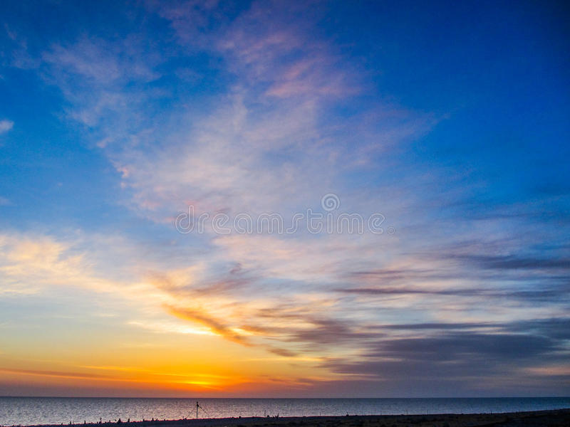 有五颜六色的云彩的一个湖在日出的天空 库存图片