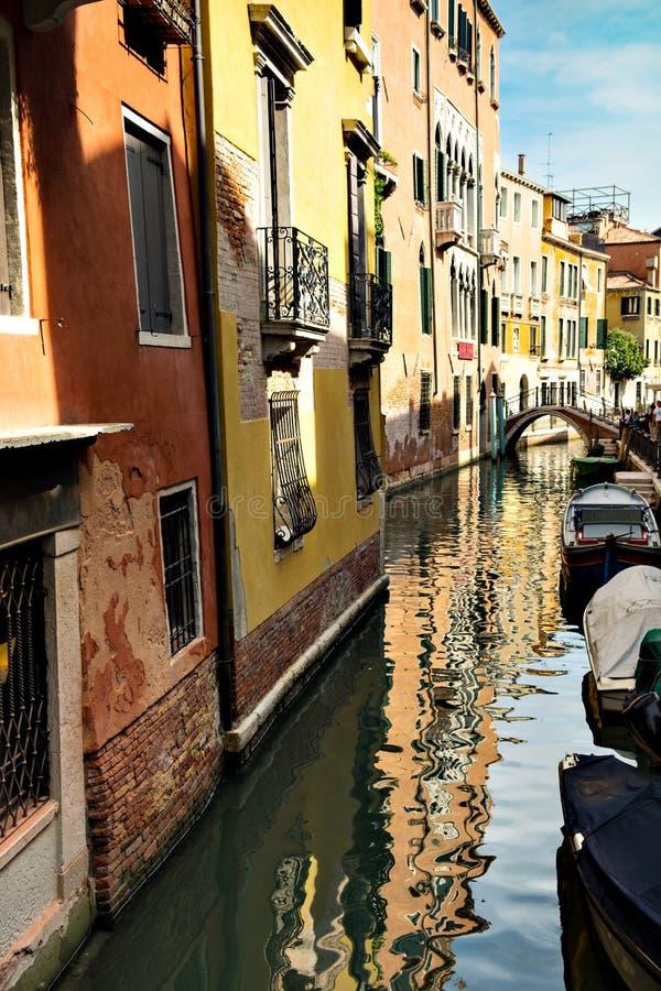 有五颜六色的五颜六色的游艇和桥梁的, Burano,威尼斯,意大利狭窄的运河水路 免版税图库摄影