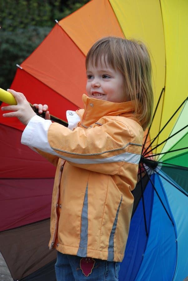 有五颜六色的伞的小孩女孩 免版税库存照片