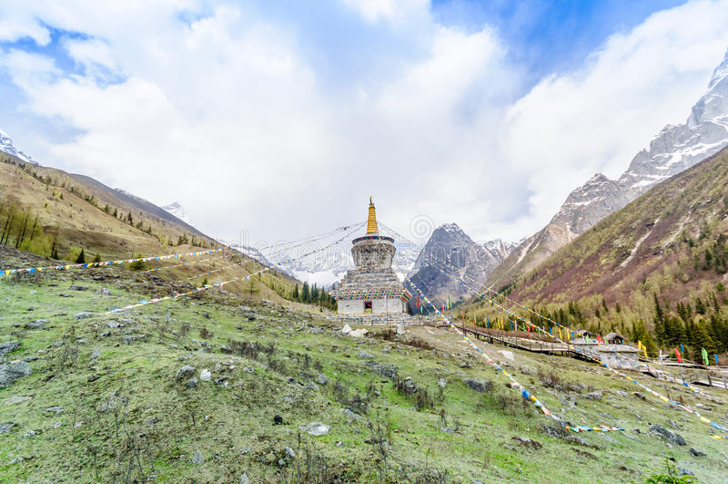 有五颜六色的佛教祷告旗子的藏语Stupa 库存图片