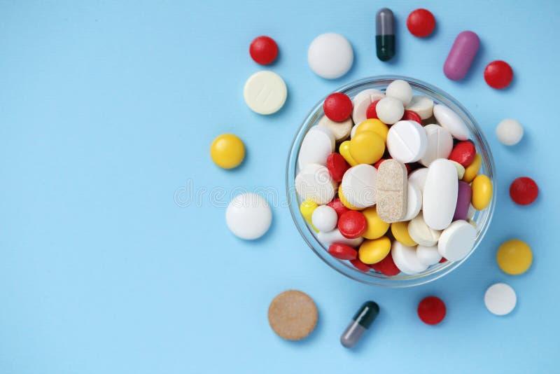 有五颜六色的医学药片的一个碗 免版税库存图片