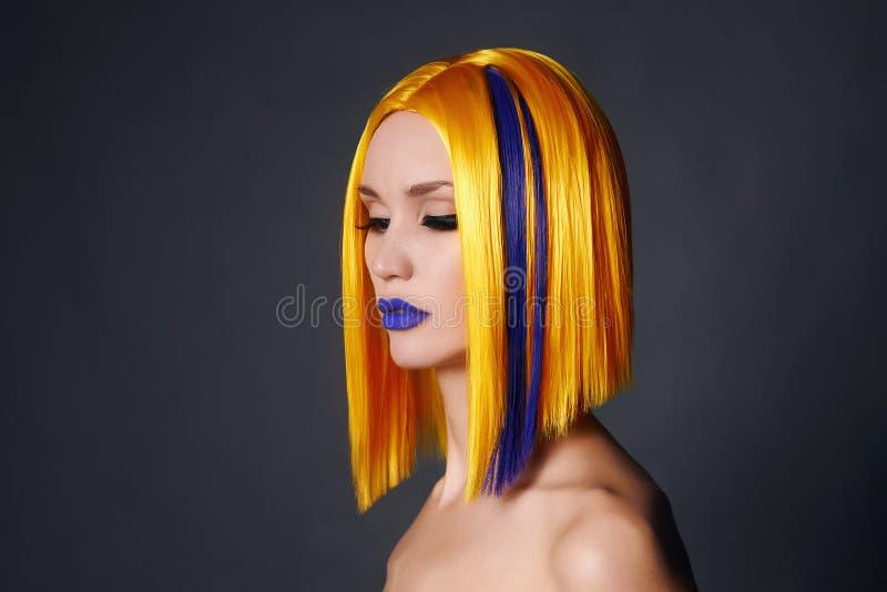 有五颜六色的头发的美丽的妇女 免版税库存图片