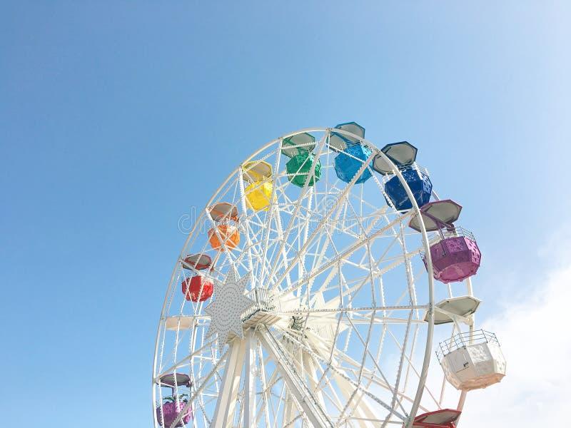 有五颜六色的小室的白色弗累斯大转轮在天空蔚蓝背景  库存图片