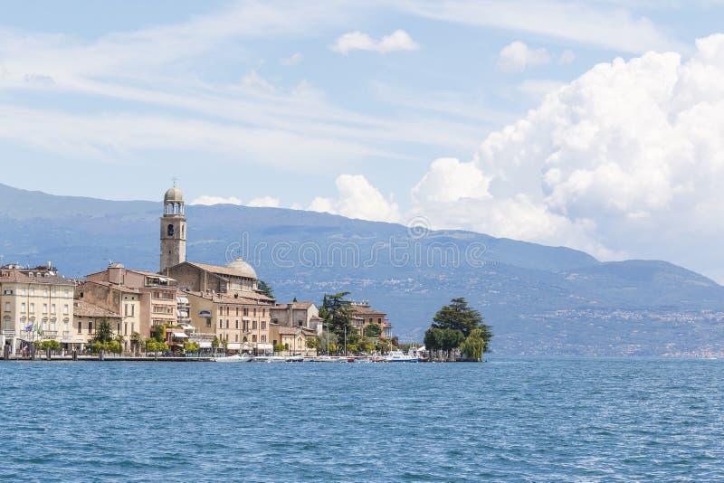有五颜六色的屋顶的意大利海岸城市 免版税库存照片