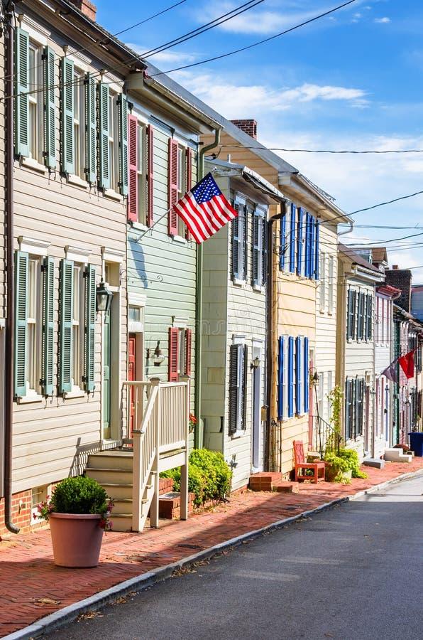 有五颜六色的快门和蓝天的历史的木行格住宅 免版税库存照片