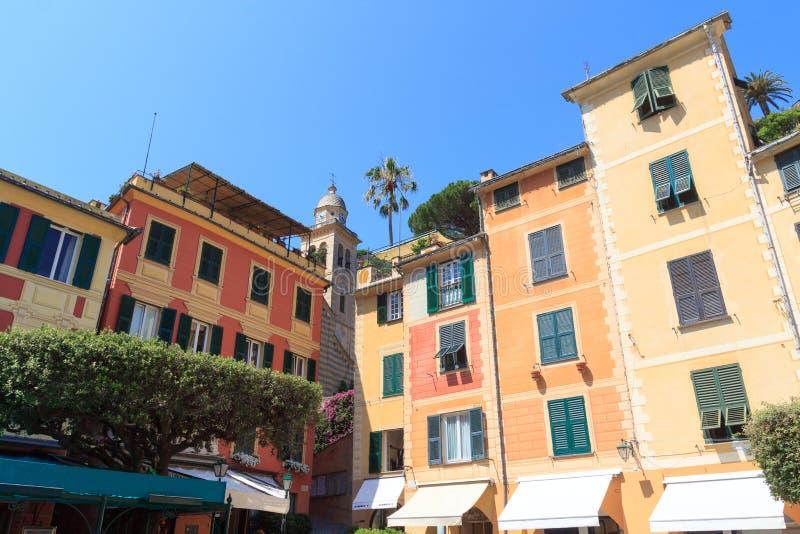 有五颜六色的房子的村庄菲诺港和钟楼在利古里亚 库存照片