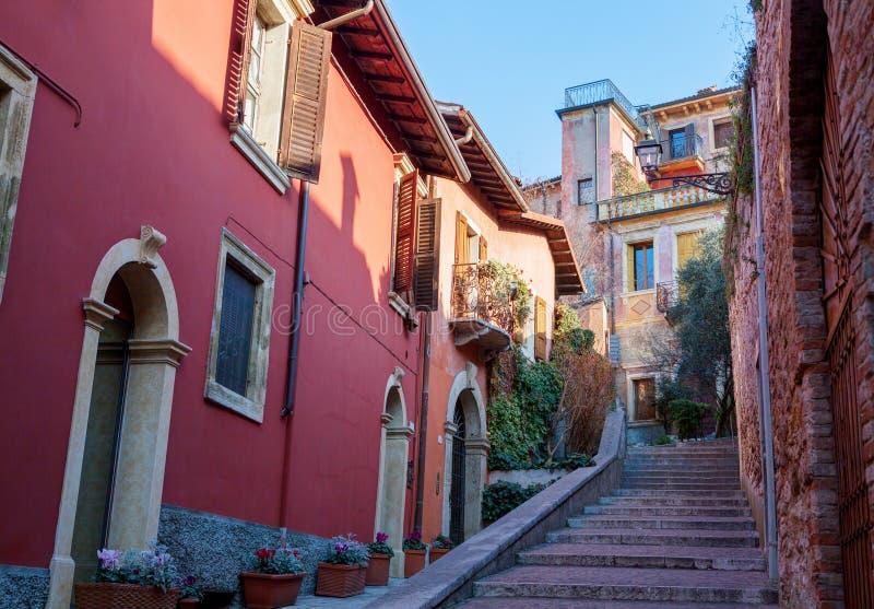 有五颜六色的房子的狭窄的街道Castel的圣彼得罗,维罗纳 图库摄影