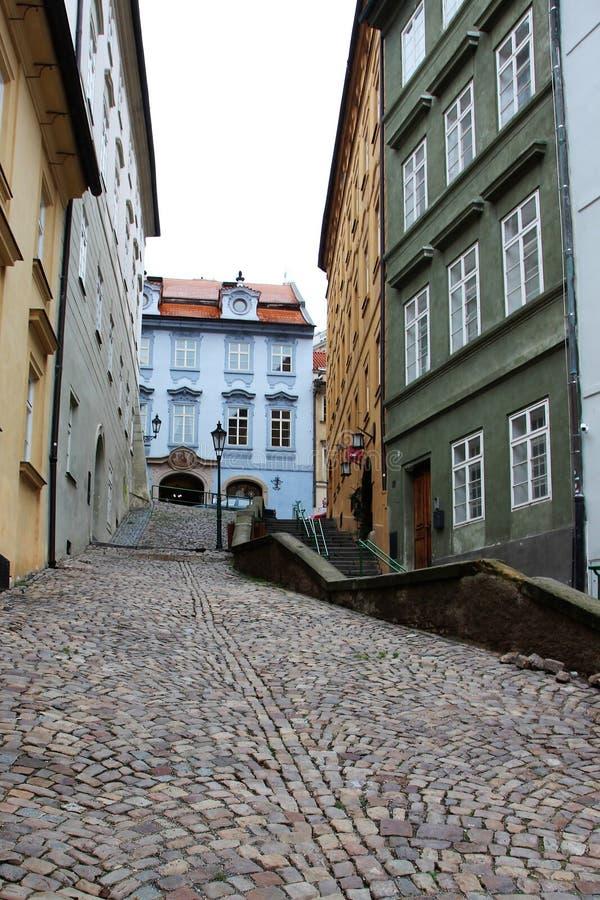 有五颜六色的房子的老被修补的狭窄的街道 免版税库存照片