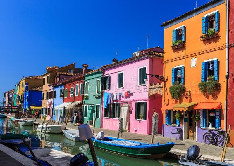 有五颜六色的房子的运河在著名海岛Burano,威尼斯,意大利上 免版税库存图片