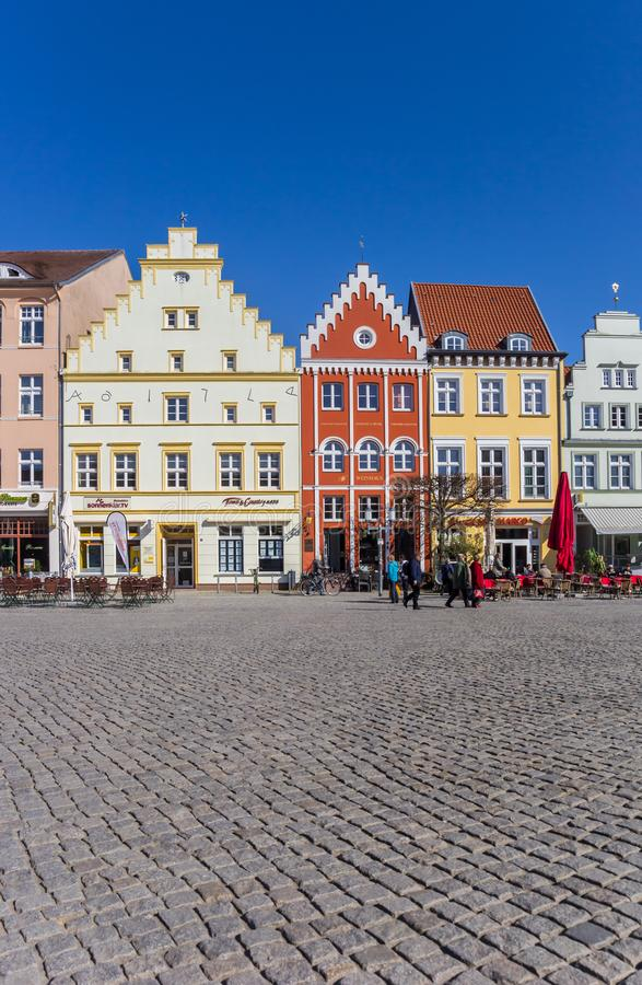 有五颜六色的房子的铺有鹅卵石的市场在格赖夫斯瓦尔德 库存图片