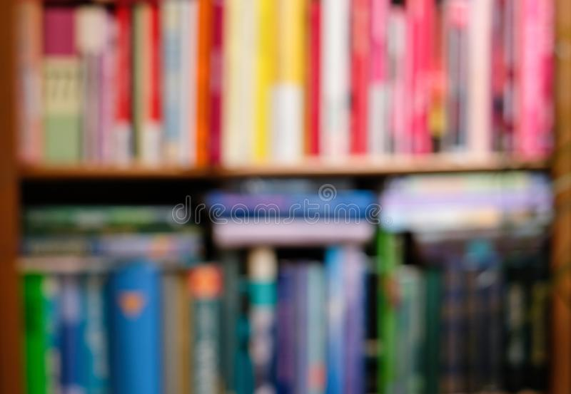 有五颜六色的明亮的书的抽象被弄脏的书架 教育和内部概念 免版税库存照片