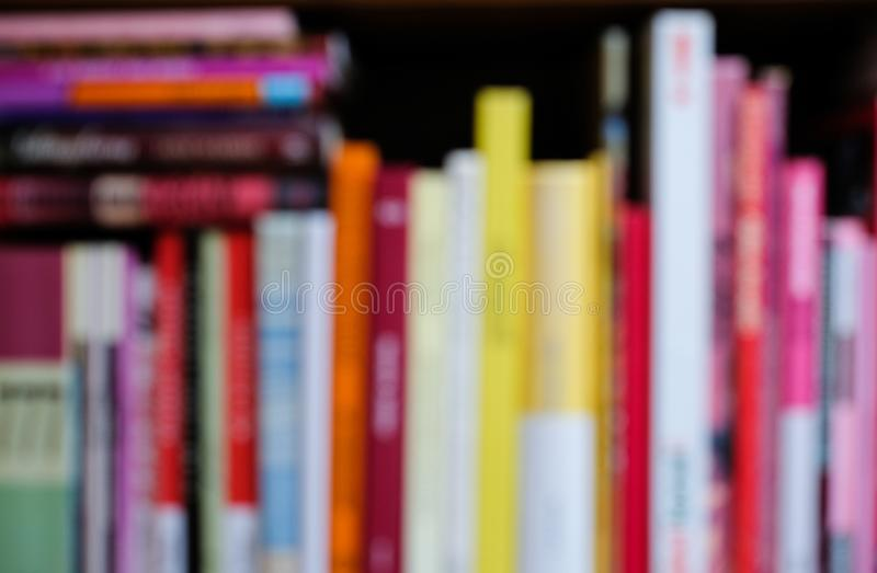 有五颜六色的明亮的书的抽象被弄脏的书架 教育和内部概念 库存照片