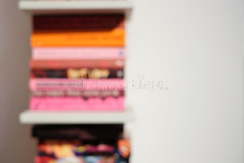 有五颜六色的明亮的书的抽象被弄脏的书架 教育和内部概念 库存图片