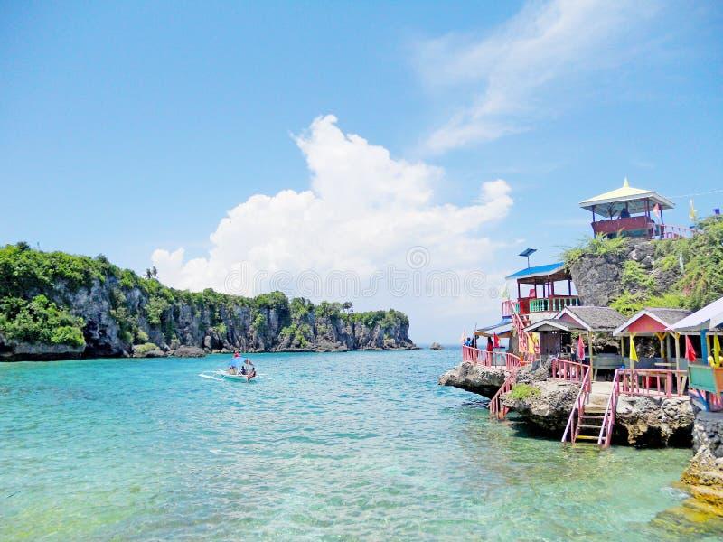 有五颜六色的村庄的岩石海岛在上面 库存照片
