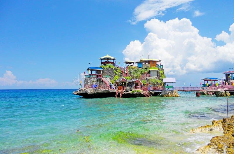 有五颜六色的村庄的岩石海岛在上面 库存图片