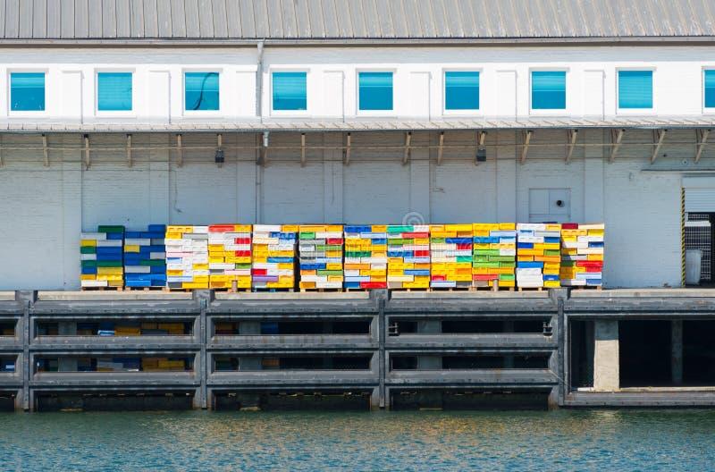 有五颜六色的条板箱的渔场船坞 图库摄影