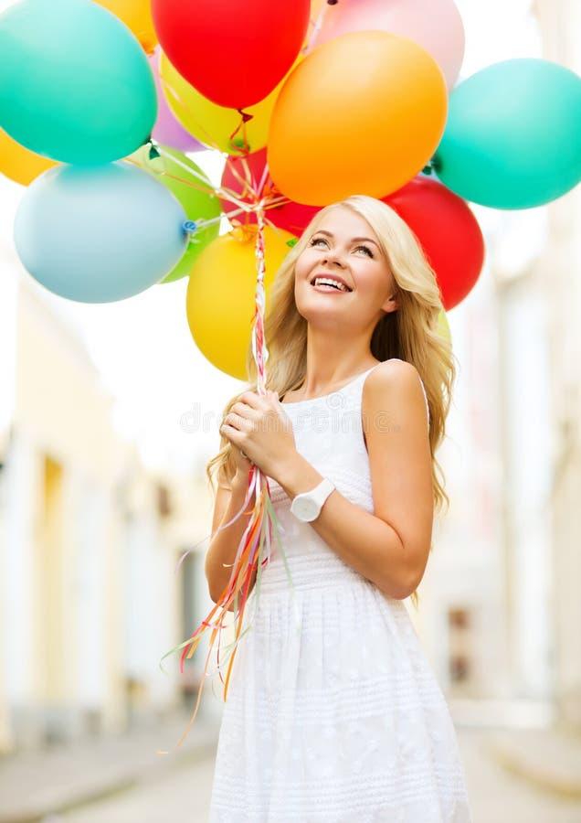 有五颜六色的气球的妇女 免版税库存照片