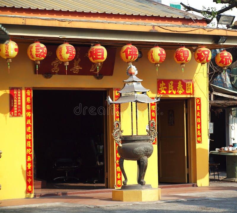 有五颜六色的灯笼的小中国寺庙 库存图片