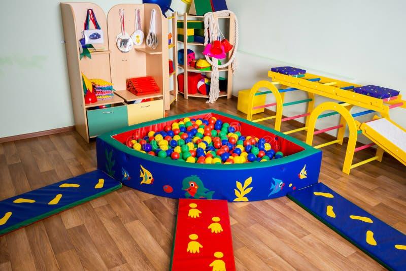 有五颜六色的玩具和球的托儿所 库存图片