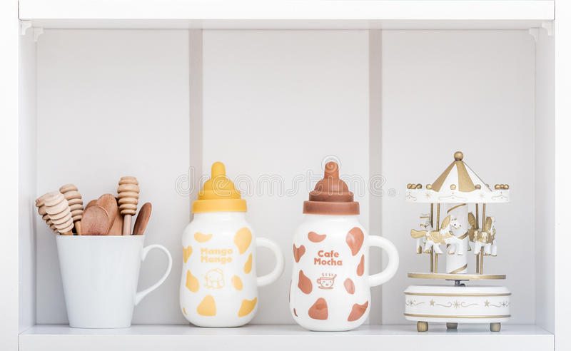 有五颜六色的盖子的逗人喜爱的瓷牛奶瓶 免版税库存照片