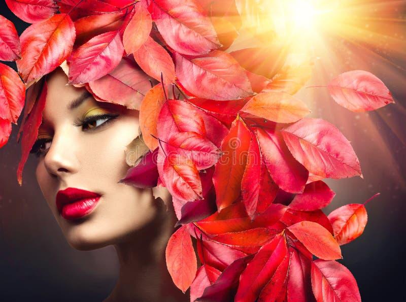 有五颜六色的秋叶发型的女孩 图库摄影