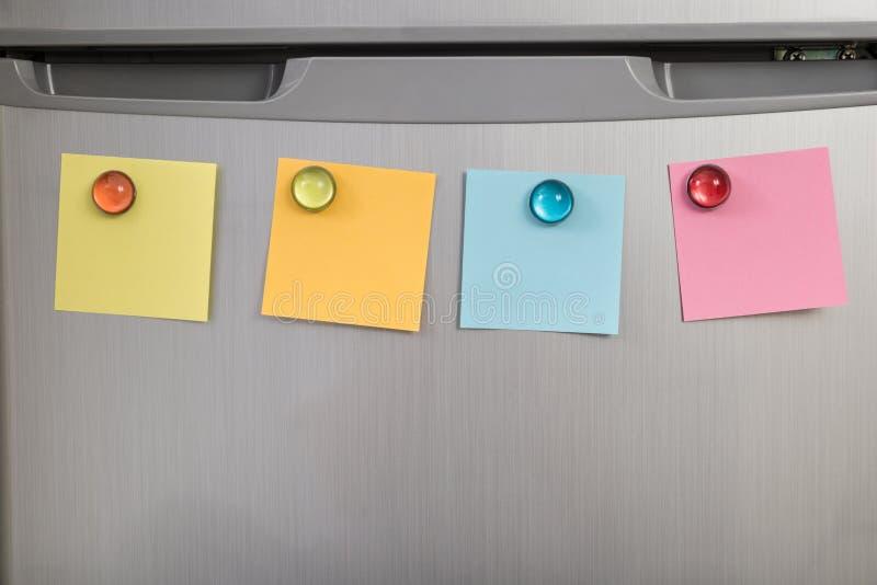 有五颜六色的笔记的冰箱 免版税图库摄影