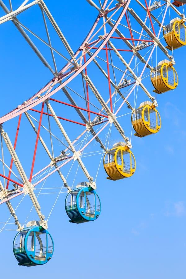 有五颜六色的篮子的弗累斯大转轮在蓝天背景 图库摄影