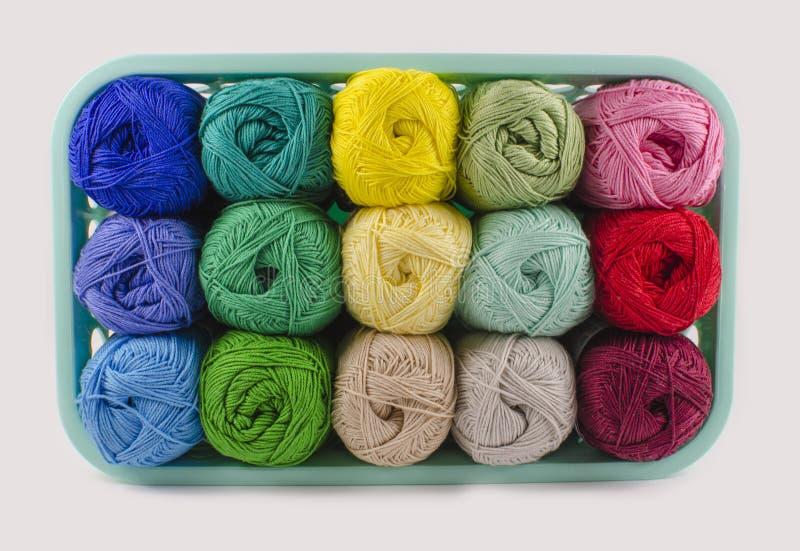 有五颜六色的编物纱的箱子 免版税库存图片