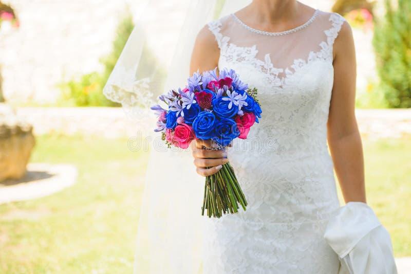 有五颜六色的花束的新娘 免版税库存照片