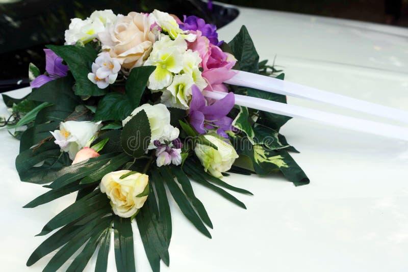 有五颜六色的花的美丽的装饰的婚姻的汽车 免版税图库摄影