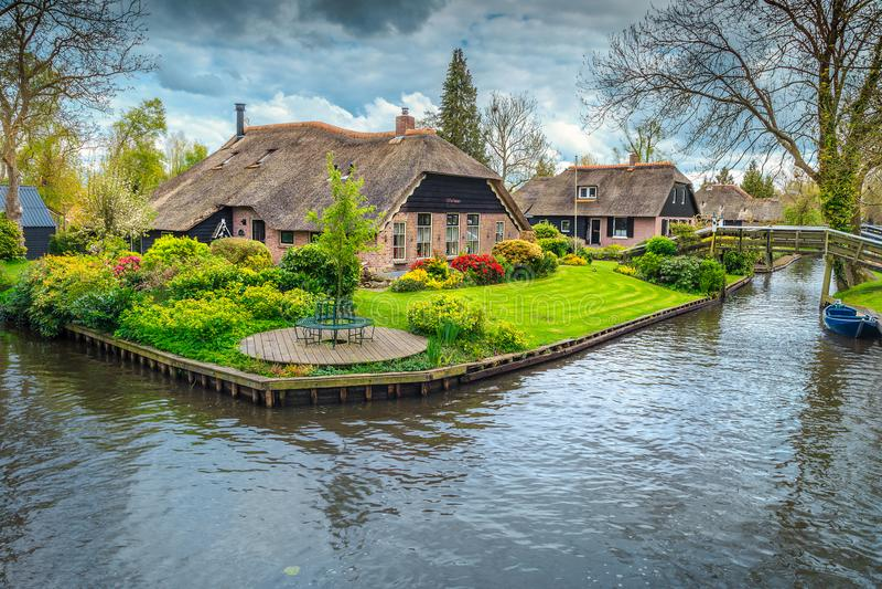 有五颜六色的装饰庭院和春天的荷兰村庄开花,羊角村 免版税库存照片