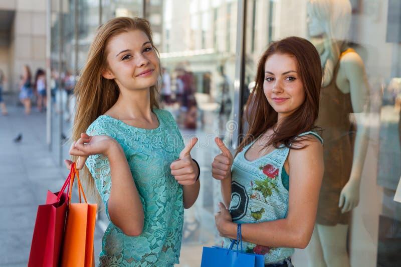 有五颜六色的购物袋的女孩 销售的季节 库存照片