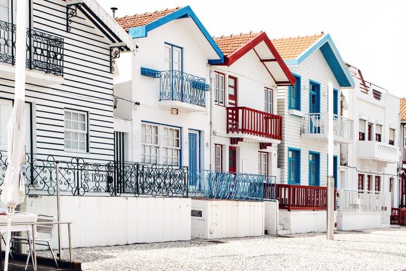 有五颜六色的镶边房子的街道在科斯塔新星村庄,阿威罗,葡萄牙 在大西洋海岸的著名手段 库存照片