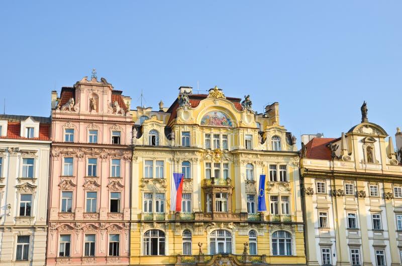 有五颜六色的门面的传统历史房子在老城广场在美丽的布拉格,捷克 射击在早晨 库存图片