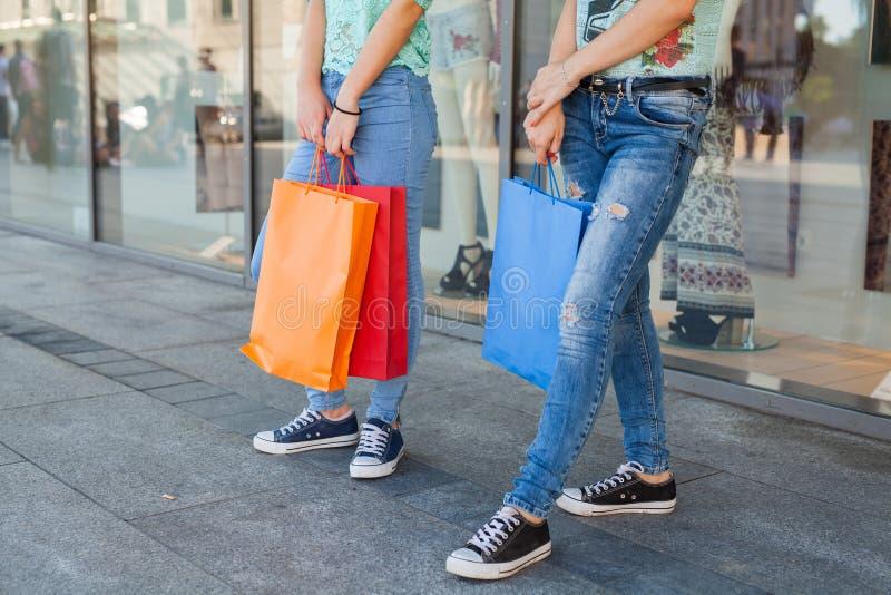 有五颜六色的购物袋的女孩 销售的季节 免版税库存照片