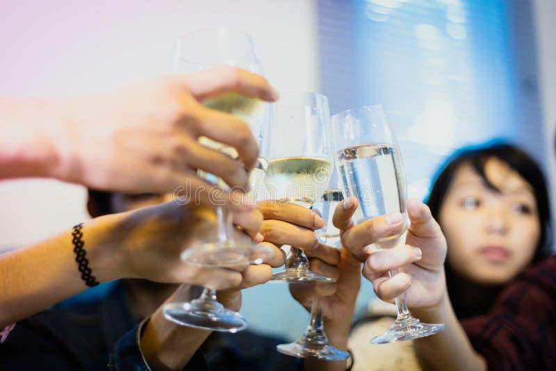 有亚洲小组的朋友党用酒精啤酒喝a 免版税库存图片