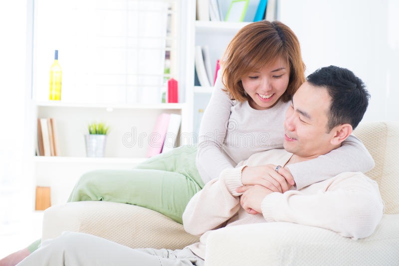 有亚洲的夫妇甜言蜜语 免版税图库摄影