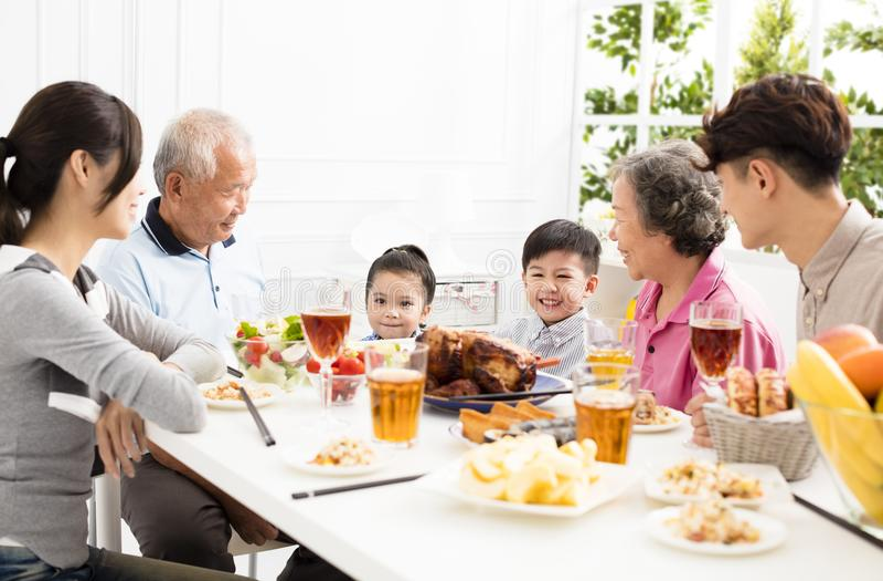 有亚洲的家庭dinnerÂ在家 库存图片
