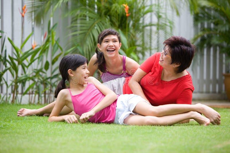 有亚裔乐趣的女孩她的妈妈 库存图片