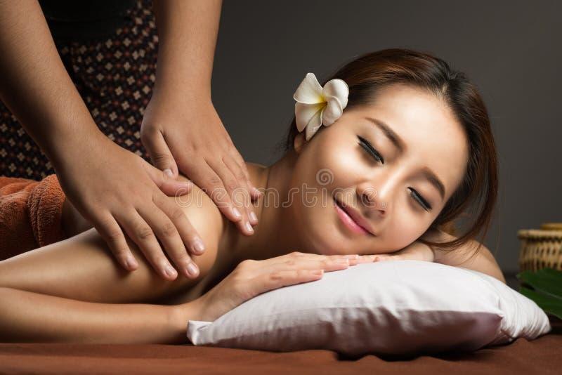 有亚裔的妇女按摩,健康泰国按摩 免版税库存图片