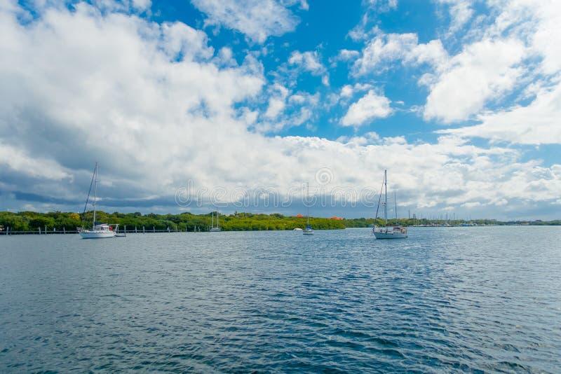 有些小船室外看法接近Isla Mujeres海岛的在加勒比海,大约尤加坦的13公里 库存图片
