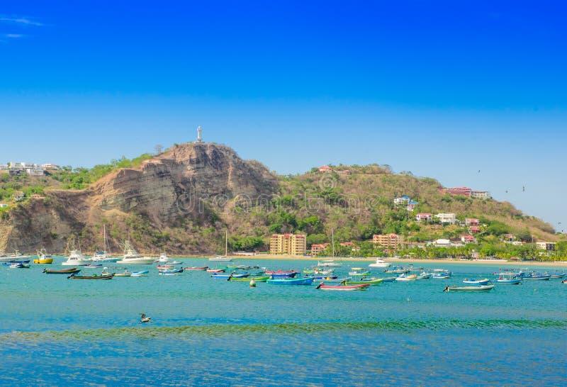 有些小船美好的室外看法在水中与餐馆和旅馆太平洋海滩前的场面的圣胡安 库存图片