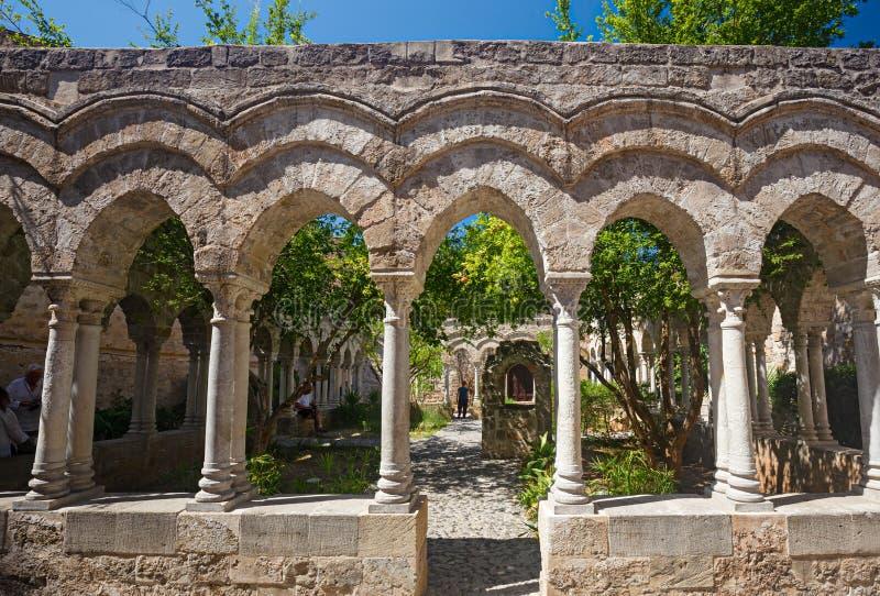 有些游人参观圣Giovann修道院的修道院  免版税库存照片
