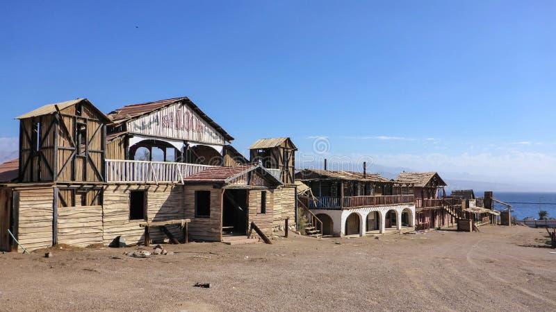 有交谊厅的老狂放的西部沙漠牛仔镇在埃拉特,以色列 免版税库存图片