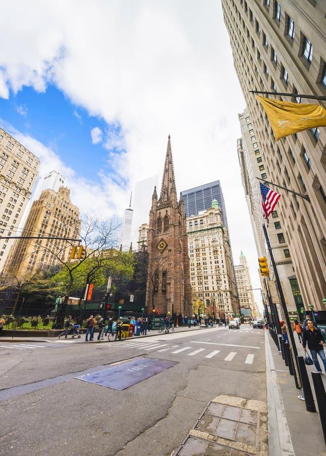 有交通和游人的领港教会在曼哈顿和街道 库存照片